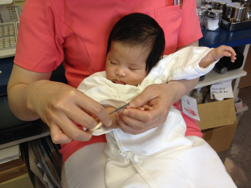 <p></p> <p>生後2ヶ月です。お風呂上がり助産師さんに抱かれ爪切り中にウトウト(*^^*)</p>