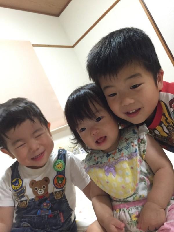 <p>小佐々綾萌ちゃんです。1歳の誕生日おめでとう♪<br /> 兄ちゃんたちに可愛がられて笑顔たくさんですくすく大きくなってます。</p>